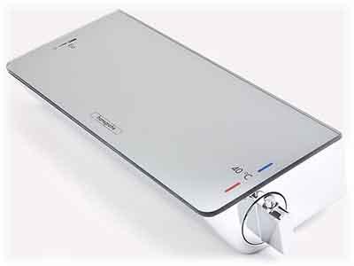 Vue du coté du réglage de la température du mitigeur thermostatique pour douche